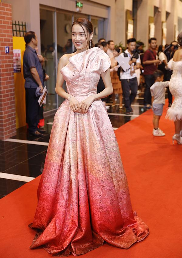 Diễn viên Nhã Phương diện đầm của nhà thiết kế Đỗ Long tại sự kiện. Nữ diễn viên cho biết, cô không có sản phẩm tranh giải VTV Awards năm nay nhưng vẫn đến tham dự đêm trao giải để cổ vũ tinh thần cho các đồng nghiệp của mình.