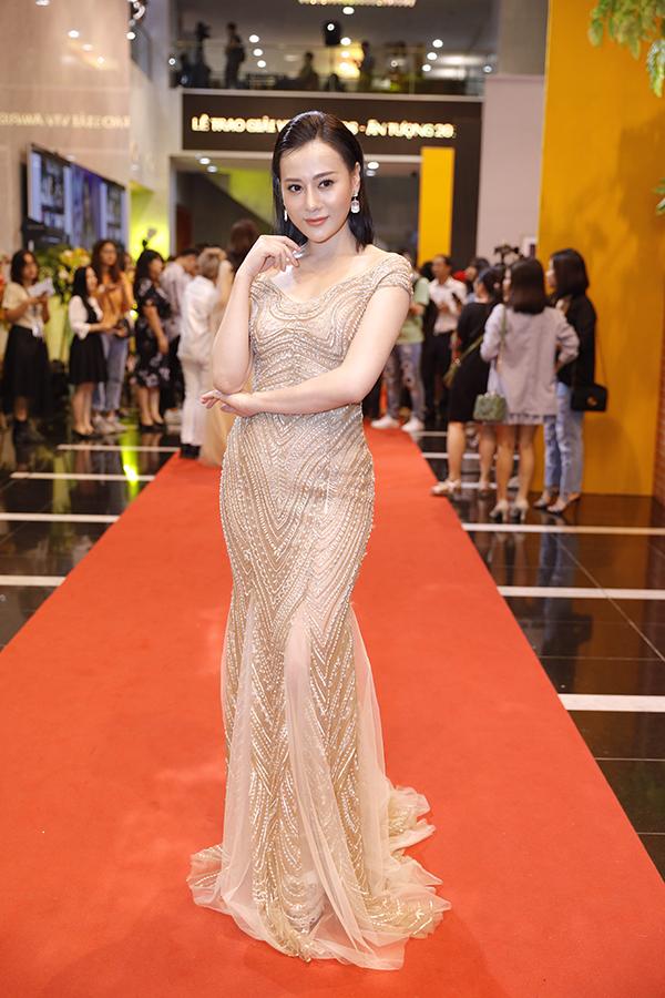 Phương Oanh khoe dáng gợi cảm trong bộ trang phục của nhà thiết kế Hà Duy. Đây là lần đầu xuất hiện sau khi cắt tóc ngắn. Bộ phim Quỳnh búp bê do cô đóng chính được đề cử Phim truyền hình ấn tượng.