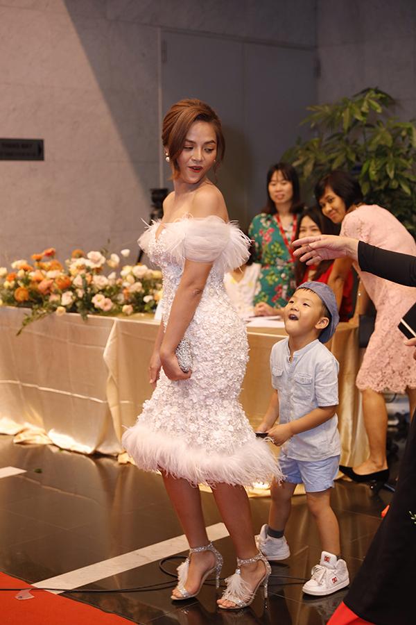 Thu Quỳnh đi cùng con trai và bố mẹ đến dự sự kiện. Cô được đề cử ở hạng mục Nữ diễn viên ấn tượng.