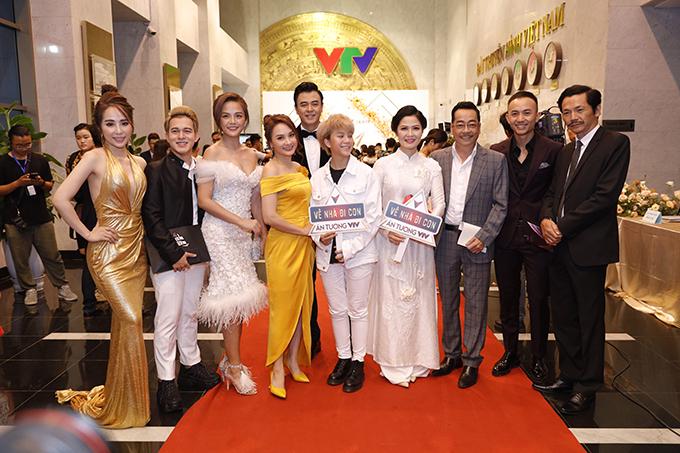 Dàn diễn viên Về nhà đi con áp đảo các đoàn làm phim khác tại lễ trao giải. Phim được đề cử ở hạng mục phim truyền hình ấn tượngvà nhiều diễn viên trong phim được đề cử ở hạng mục iễn viên nữ, diễn viên nam ấn tượng.