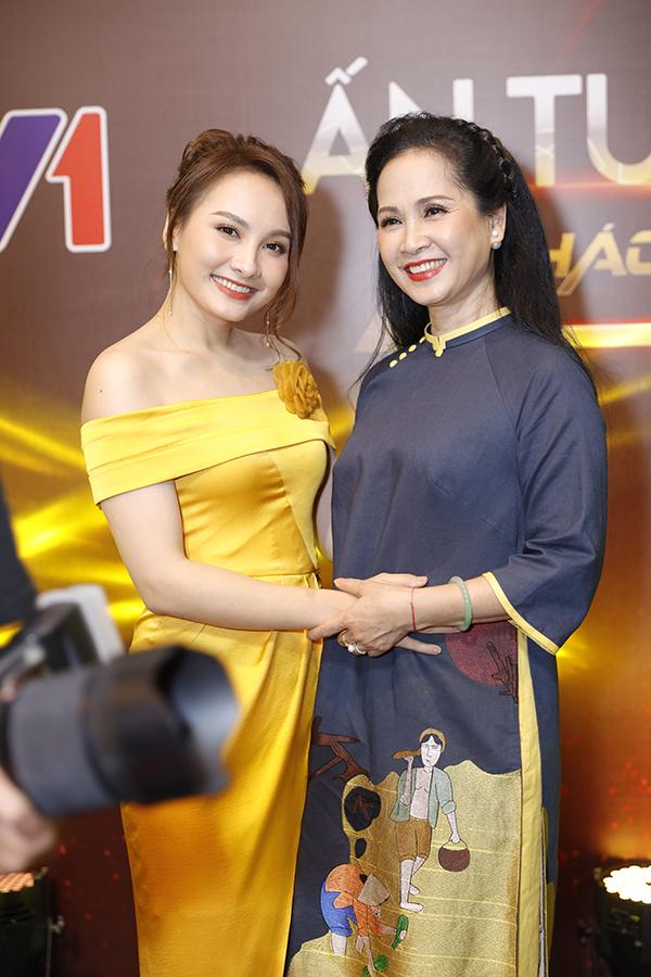 Bảo Thanh vui vẻ hội ngộ NSND Lan Hương. Hai người từng cùng tham gia phim Sống chung với mẹ chồng.
