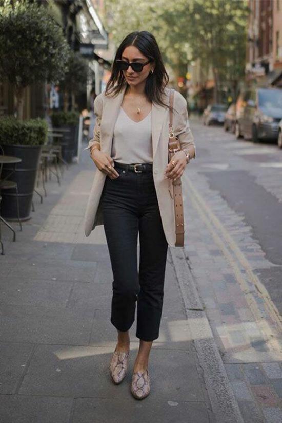 Blazer dáng rộng đi cùng quần skinny, quần lửng là cách phối đồ bất cân xứng để mang lại bố cục ưa nhìn cho tổng thể.