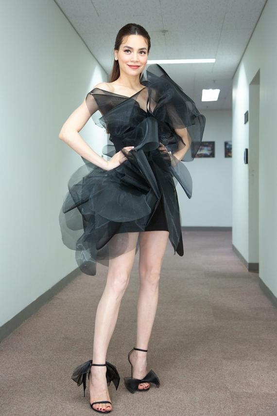 Sau phần trình diễn, Hồ Ngọc Hà thay đổi phong cách với bộ cánh tông đen của nhà thiết kế Lý QuíKhánh.
