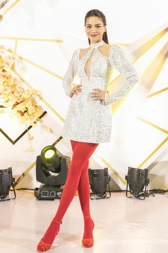 Hồ Ngọc Hà chọn váy ngắn đính đá, kết hợp quần tất màu sắc nổi bật khi xuất hiện trên thảm đỏ VTV Awards 2019.