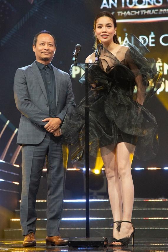 Cô sánh đôi đạo diễn Phạm Hoàng Nam lên sân khấu trao giải hạng mục Phim truyền hình ấn tượng cho phim truyền hình Về nhà đi con.