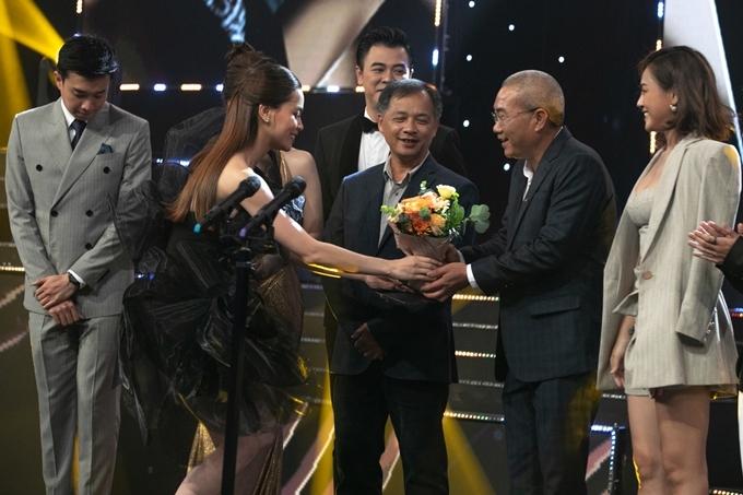 Nữ ca sĩ tặng hoa cho đạo diễn Danh Dũng và chúc mừng thành công của đoàn phim.
