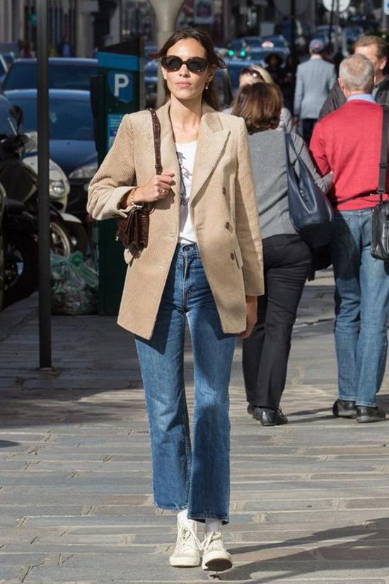 Mặc các kiểu áo quần theo phong cách cổ điển với mốt giày hiện đại được nhiều chị em công sở ưa chuộng. Bởi nó mang lại sự thoải mái và dễ dàng di chuyển khi đi làm, dạo phố.