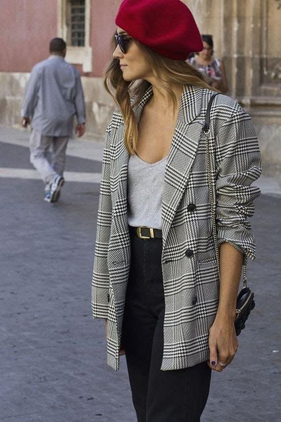 Trong không khí chuyển mùa hè thu, các mẫu áo blazer trở nên hữu dụng hơn vì phù hợp với không khí mát dịu.