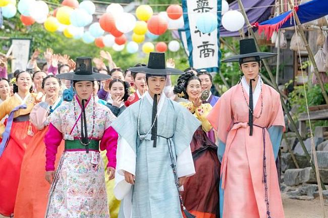 Biệt đội Hoa Hòe - Trung tâm mai mối Joseon là dự án mới của đài JTBC, dự kiến lên sóng vào 16/9. Bộ phim được ví như Vườn Sao Băng phiên bản cổ trang, kể về Biệt đội Hoa Hòe - một nhóm gồm ba chàng trai trẻ tuổi, đẹp như hoa chuyên cung cấp dịch vụ mai mối dưới thời Joseon.Nhóm nhận được nhiệm vụ bí mật từ nhà vua, nhằm biến mối tình đầu của ngài -một cô nàng ăn mặc và hành xử như nam nhân trở nên nữ tính và có phong thái của tiểu thư quý tộc.