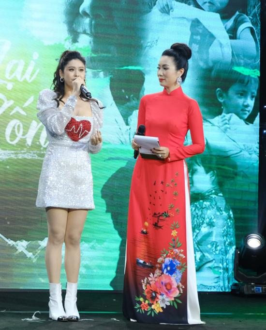 Trương Quỳnh Anh nhiều lần không giấu được sự xúc động khi tham gia các hoạt động của đêm từ thiện. Cô đã rơi nước mắt vì xúc động khi dõi theo màn hình chương trình,