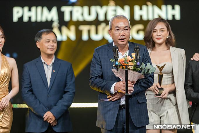 Gala trao giải VTV Awards diễn ra tối 7/9 tại Hà Nội. Đạo diễn Danh Dũng thay mặt đoàn làm phim Về nhà đi con nói lời cảm ơn đơn vị sản xuất và khán giả. Phim vượt qua nhiều ứng cử viên nặng ký khác là Quỳnh búp bê, Những cô gái trong thành phố, Chạy trốn thanh xuân và Mê cung.