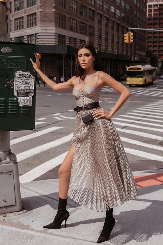 Minh Tú thay trang phục trong bộ sưu tập Sunny của nhà thiết kế Chung Thanh Phong để chụp ảnh trên đường phố New York.