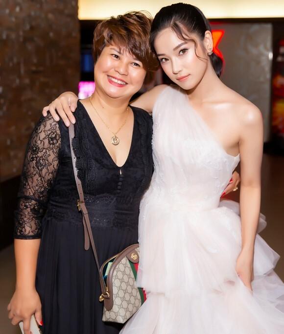 Hoàng Yến mặc váy cưới, chụp cùng mẹtại buổira mắt phim Ngôi nhà bươm bướm hôm 22/8.