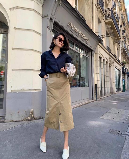 Chân váy rời thường được kết hợp cùng các mẫu áo blouse, nhưng khi mix cùng sơ mi nó vẫn tạo nên tổng thể ưa nhìn.