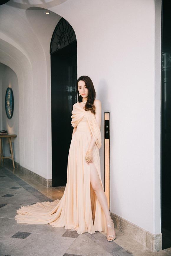 Trang tin này của Hong Kong ca ngợi cô đẹp như một nữ thần Hy Lạp với những đường nét thanh tú trên gương mặt và khí chất tiên nữ.