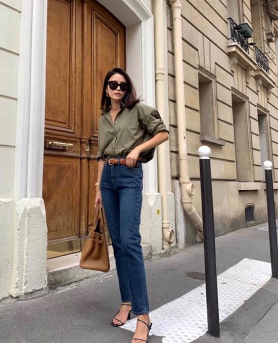 Đối với những cô nàng yêu phong cách tối giản thì mix sơ mi cùng quần jeans kiểu dáng đơn giản là công thức phối đồ được ưa chuộng.
