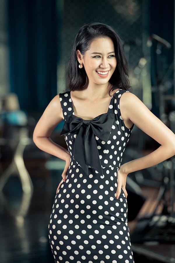 Bộ ảnh được hỗ trợ thực hiện bởi nhiếp ảnh Quý Nguyễn, stylíst Hoàng Anh Trần, trang điểm Phương Thảo và làm tóc Nguyễn Linh.