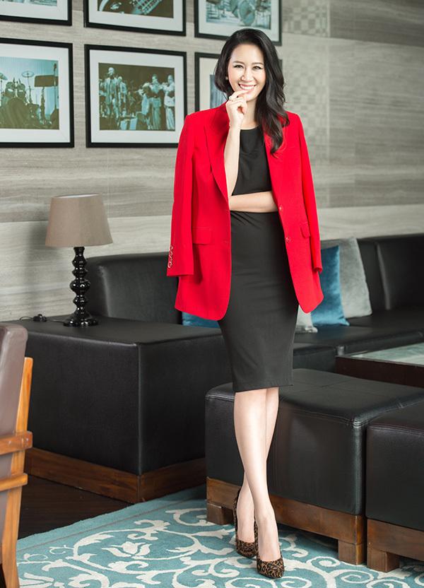 Màu sắc đối lập của những chiếc áo vest oversize khiến set đồ trở nên nổi bật hơn.