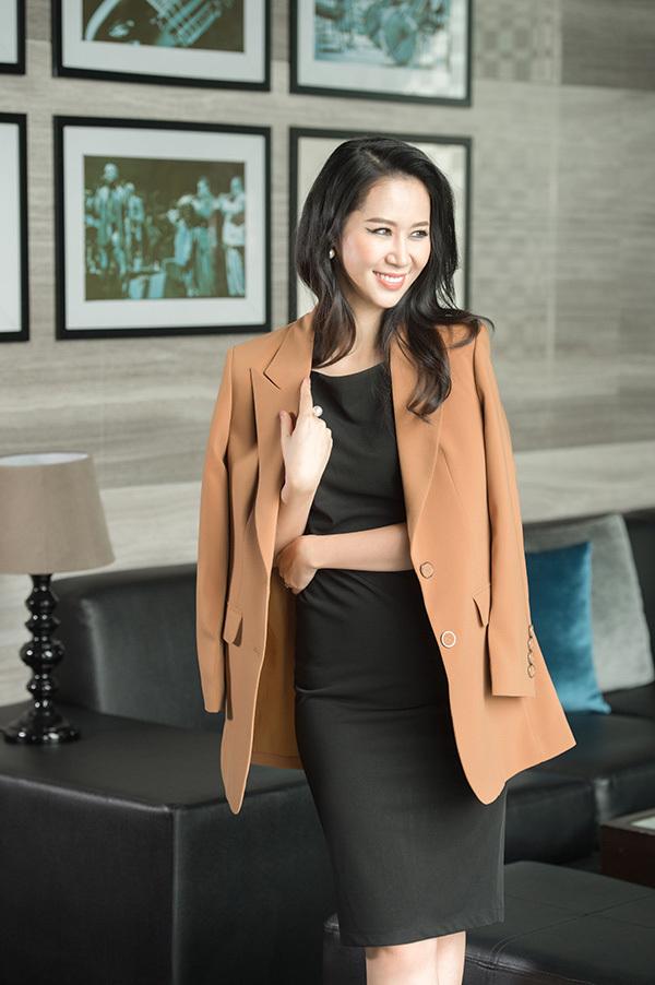 Thiết kế này khi kết hợp với áo vest khoác hờ mang đến vẻ ngoài sang trọng, quyền lực.