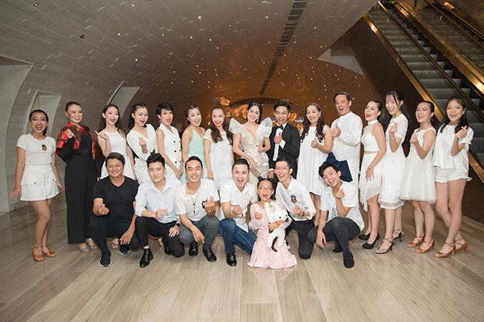 Team vũ công của Khánh Thi trình diễn trong đám cưới.