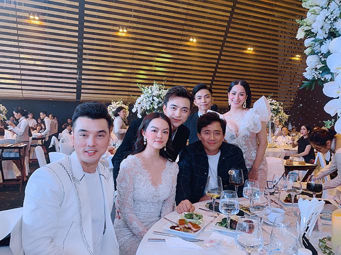 Ưng Hoàng Phúc, Phạm Quỳnh Anh, Trấn Thành, Soobin Hoàng Sơn ngồi chung bàn tiệc với vợ chồng Khánh Thi - Phan Hiển.