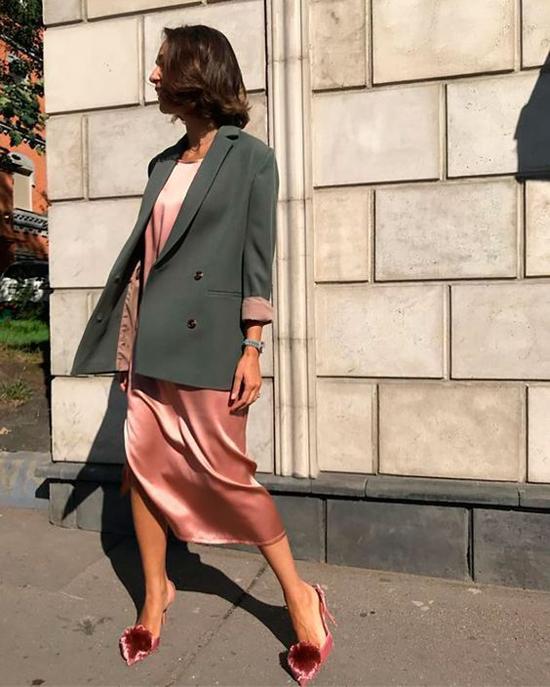 Những kiểu blazer phom rộng được lựa chọn để mix cùng quần âu, quần jeans, các kiểu sơ mi, áo blouse và váy dáng suông.