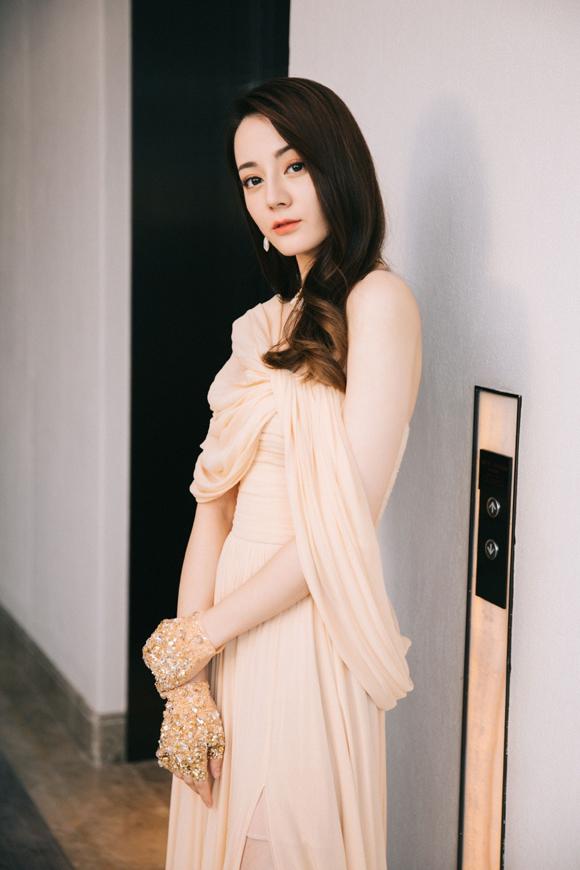 HK01 khen đôi găng tay nạm vàng là món phụ kiện thu hút của Địch Lệ Nhiệt Ba, giúp cô thêm phần sang trọng. Trang tin này của Hong Kong ca ngợi cô đẹp như một nữ thần Hy Lạp với những đường nét thanh tú trên gương mặt và khí chất tiên nữ.