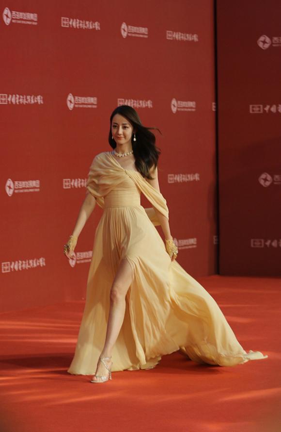 Mái tóc xoăn nhẹ thả trong gió càng tôn thêm vẻ dịu dàng của nữ diễn viên.