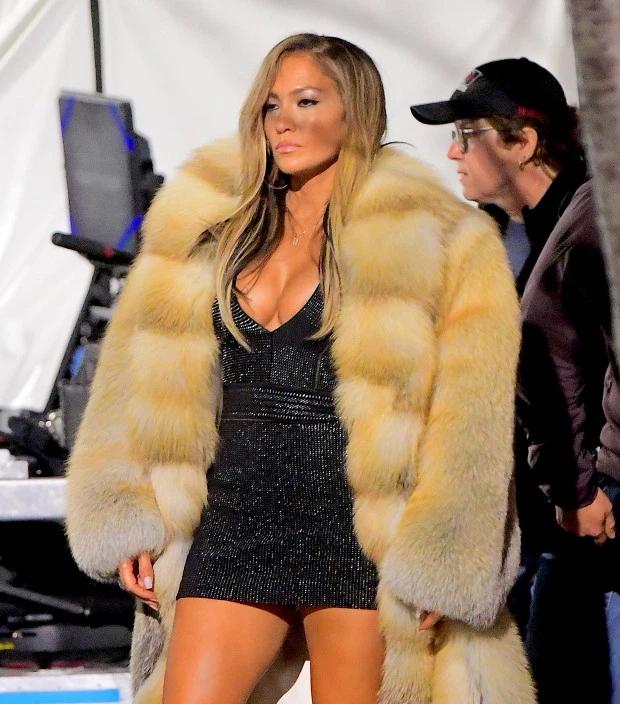 Jennifer Lopez mặc áo lông thú trên trường quay phim Hustlers.