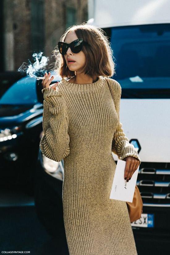 Váy len tăm với kiểu dáng liền thân, phom hơi ôm hình thể được nhiều quý cô sành mốt lựa chọn để phối đồ dạo phố.