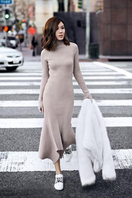 Vải len mỏng, độ co giãn tốt được sử dụng để mang tới nhiều mẫu đầm tông màu trung tính và dễ ứng dụng.