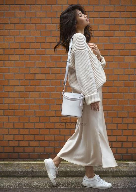 Ở xu hướng năm nay, áo len free size mặc cùng các kiểu chân váy lụa là phong cách được nhiều tín đồ thời trang ápdụng.