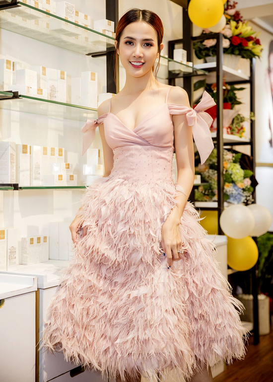 [Caption] Ngày 8.9, Hoa hậu Đại sứ Du lịch Thế giới 2018 - Phan Thị Mơ chính thức lên chức bà chủ chi nhánh mỹ phẩm Virgisca Việt Nam, một thương hiệu sản phẩm làm đẹp uy tín nội địa Taiwan. Tuy nhiên, trong ngày trọng đại của người đẹp lại không có một người thân nào trong gia đình cô xuất hiện.
