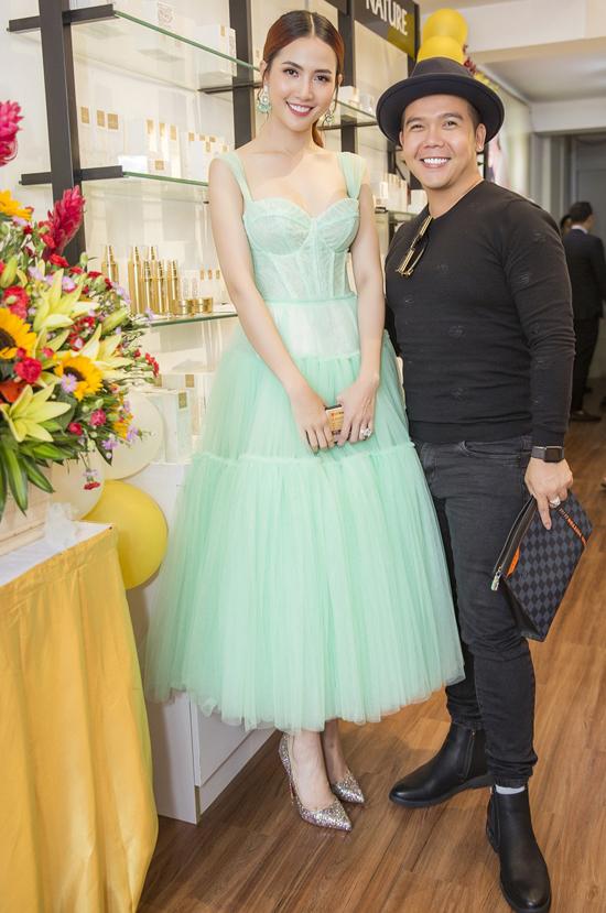 Nhà thiết kế áo dài Minh Châu chúc người đẹp quê Tiền Giang kinh doanh phát đạt.