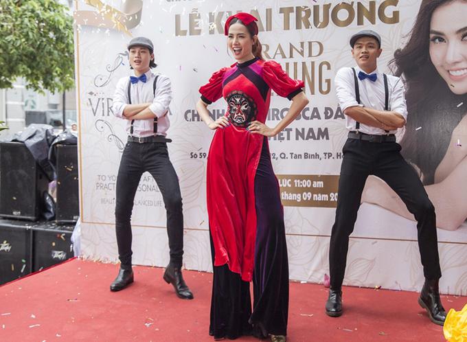 Hoa hậu Đại sứ Du lịch Thế giới 2018 thay áo dài, nhảy điệu Cô Ba Sài Gòn, khuấy động buổi khai trương.