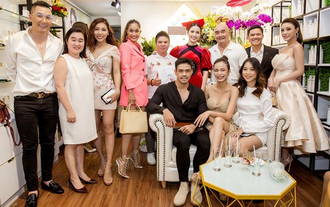 Phan Thị Mơ chụp ảnh cùng bạn bè, khách mời đến chung vui với cô.