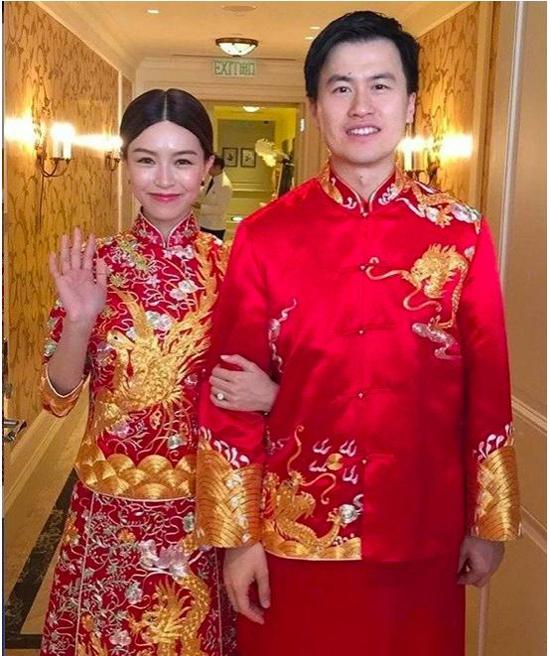 Cô dâu Văn Vịnh San đeo vàng trĩu tay