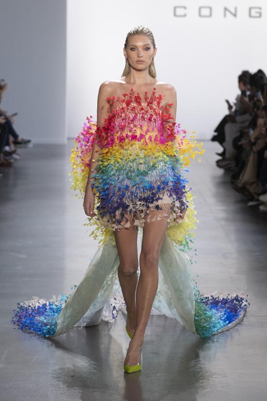 Mẫu váy dành cho vedette được đính kết lông vũ thủ công tạo hiệu ứng 7 sắc cầu vồngnổi bật .