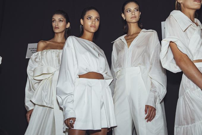 Dàn mẫu và những thiên thần Victorias Secret xuất hiện tại hậu trường là những siêu mẫu đến từ các các acency nổi tiếng của New York như IMG hay The Society Ford Models.