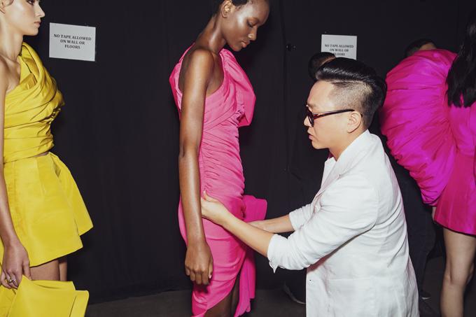 Sau khi chốtdanh sách người mẫu, êkípCông Trí tiếp tục bước vào giai đoạn chuẩn bị trang phục và trang điểm.
