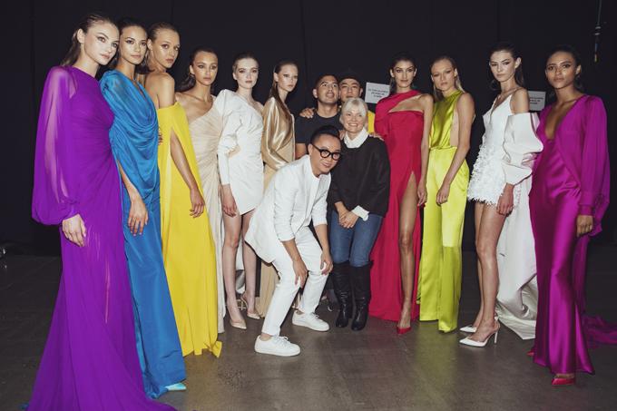 Công Trí, stylist Kate Young (đứng giữa) và dàn mẫu chụp ảnh kỷ niệmtrong hậu trường.