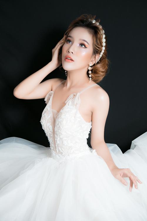Khi trang điểm, cô dâu cần lưu ý trang điểm ở cảvùng da cổ, da ngực và trang điểm để làn da đều màu.