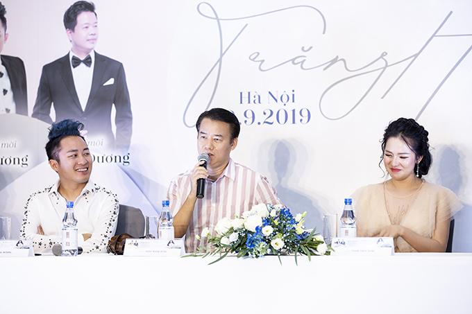 Nhạc sĩ Trần Mạnh Hùng (giữa) tại họp báo chiều 9/9 ở Hà Nội.