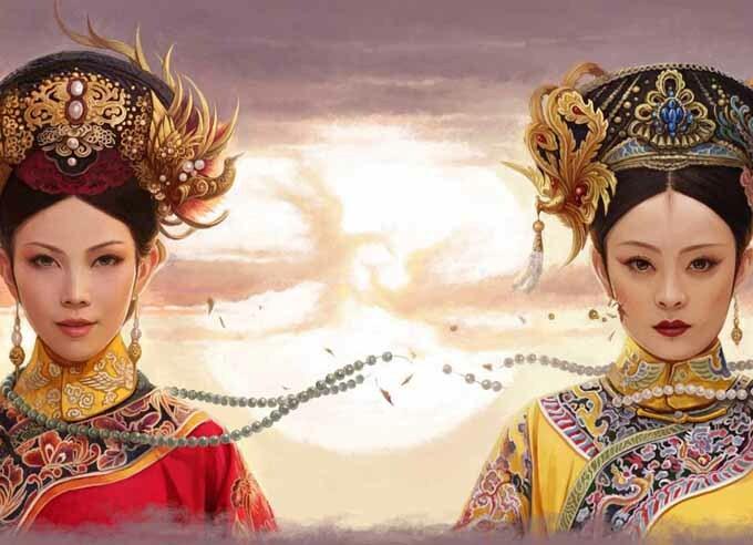 Lên sóng đã 8 năm, Chân Hoàn truyện vẫn để lại tiếng vang lớn trên màn ảnh, trở thành tác phẩm tiêu biểu của dòng phim cung đấu Trung Quốc. Phim kể về cuộc đời của Chân Hoàn (Tôn Lệ đóng) từ một cung nữ vươn lên thành bậc mẫu nghi thiên hạ. Cuộc chiến tranh giành sủng ái, quyền lực chốn hậu cung của các phi tần nhà Thanh trong phim được đánh giá hấp dẫn với các thủ đoạn tàn độc, lời thoại ẩn ý. Hai nữ chính Thái Thiếu Phân (trái - vai hoàng hậu Ô Lạp Na Lạp) và Tôn Lệ (phải) đều tạo được dấu ấn với dạng vai nửa chính nửa tà.