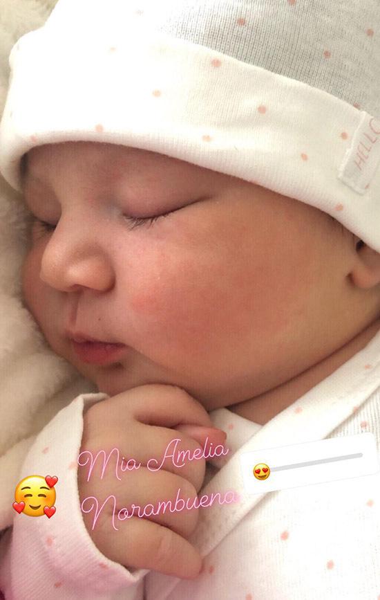 Con gái lai của Chung Thục Quyên mới được một tuần tuổi.