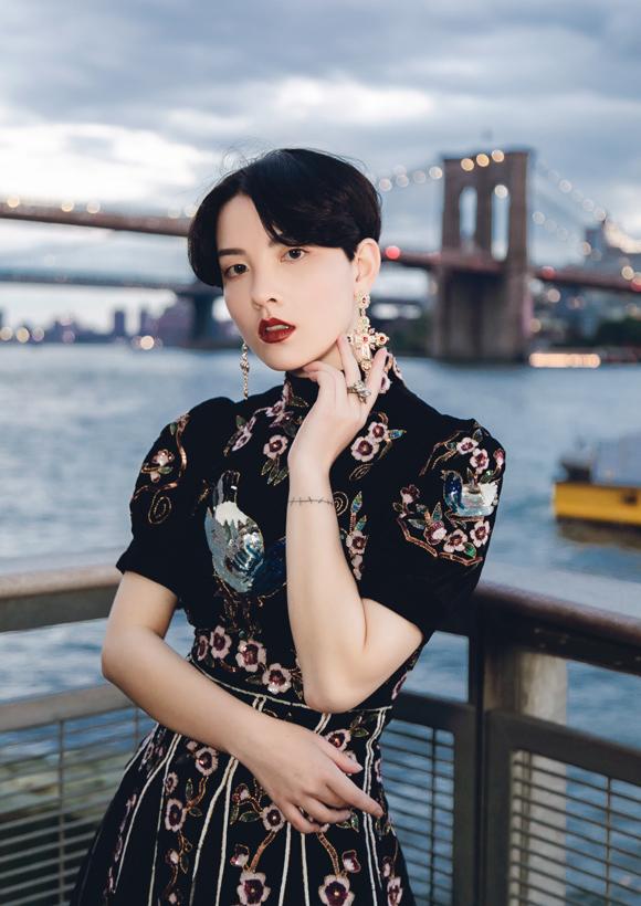 Hồng Xuân bộc bạch: Đây là ngày thứ 2 tôi dự show thuộc New York Fashion Week nhưng cảm giác vẫn còn rất hồi hộp. Tôi không ngờ số lượng phụ nữ làm việc trong ngành thời trang ở New York lại nhiều đến vậy, đặc biệt họ cực kỳ được tôn trọng.