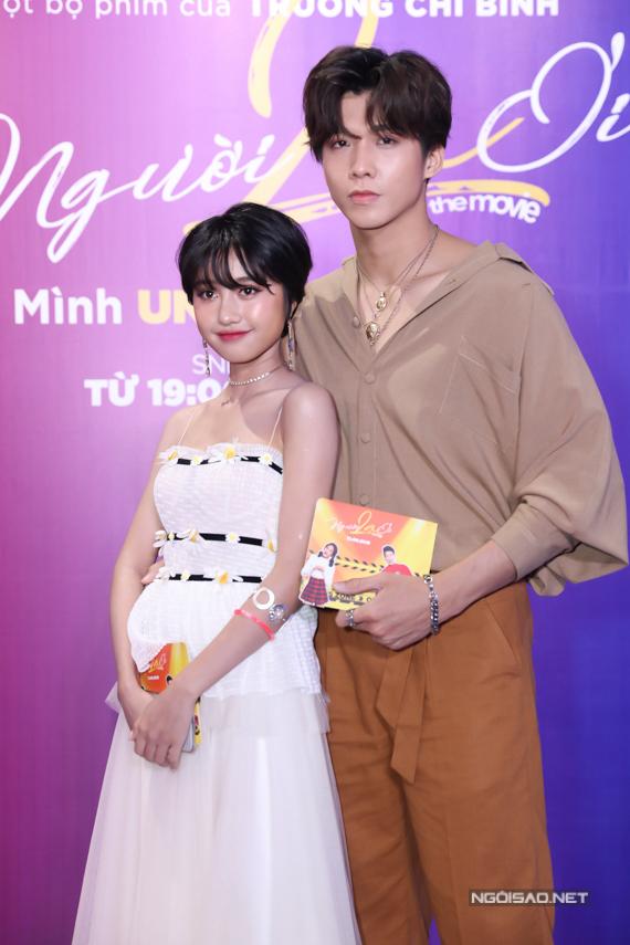 Diễn viên Trịnh Thảo - nữ hoàng chửi thề của Tháng năm rực rỡ cùng bạn trai Soho dự sự kiện. Trong Người lạ ơi, cô vào vai một trong các bóng hồng vây quanh nam chính Karik.