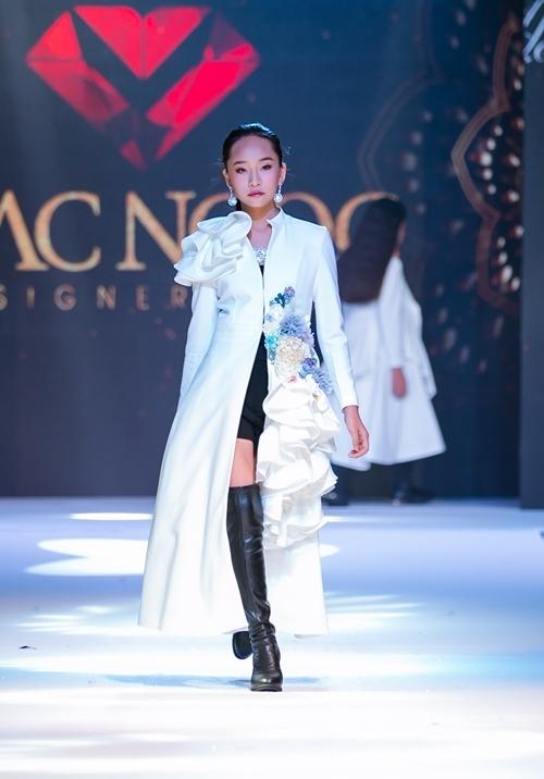 NTK kết hợp giữa váy dạ hội và vest, kỳ vọng mang đến sự sang trọng, ấn tượng. Set đồ khi phối cùng boots đùi tạo trông khỏe khoắn và bắt mắt.