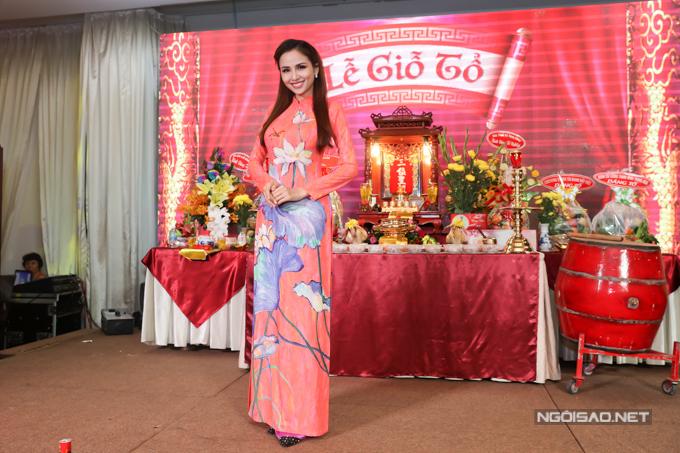 Hoa hậu Diễm Hương duyên dáng trong trang phục họa tiết hoa sen.