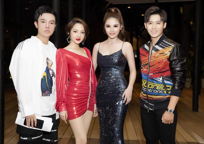 Quán quân The Voice 2019 Hoàng Đức Thịnh (ngoài cùng bên phải) cũng là khách mời trong sự kiện do người đẹp Lưu Linh (váy đen) tổ chức.